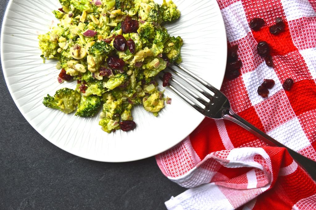 brokkoli-cranberry-salat-mit-currydressing