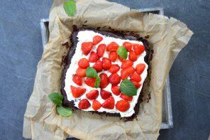 Brownie mit frischen Erdbeeren und Mascarponecreme